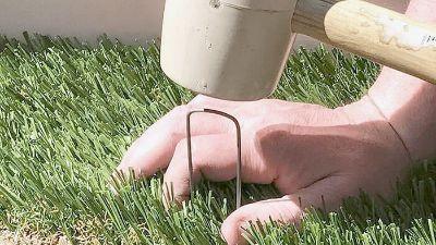 Fijar el césped artificial