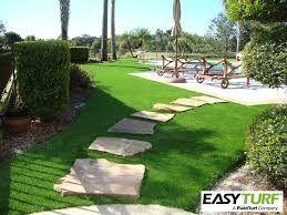 césped artificial para piscinas diseño con un pasillo